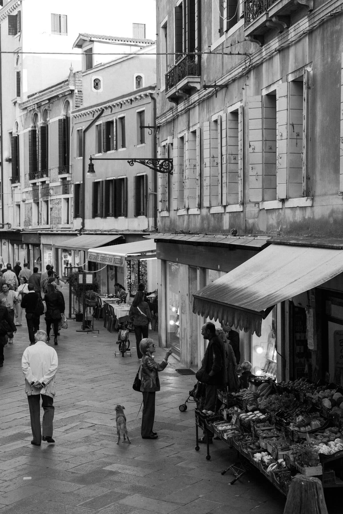 Venice-Italy-black-and-white-fine-art-photography-by-Studio-L-photographer-Laura-Schneider-_3819