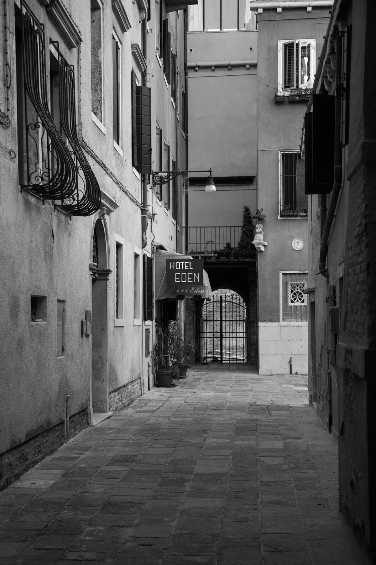 Venice-Italy-black-and-white-fine-art-photography-by-Studio-L-photographer-Laura-Schneider-_3821