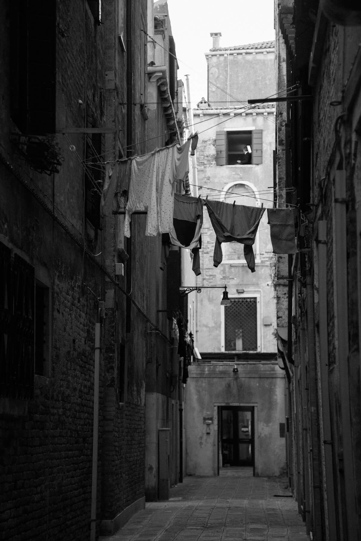 Venice-Italy-black-and-white-fine-art-photography-by-Studio-L-photographer-Laura-Schneider-_3823