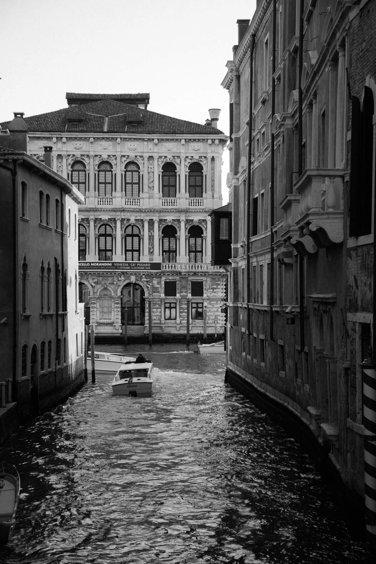 Venice-Italy-black-and-white-fine-art-photography-by-Studio-L-photographer-Laura-Schneider-_3841