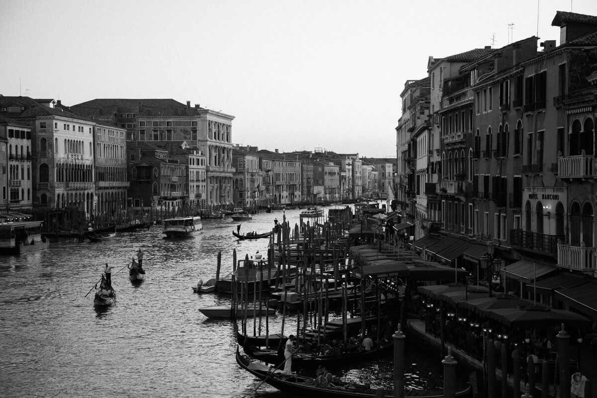 Venice-Italy-black-and-white-fine-art-photography-by-Studio-L-photographer-Laura-Schneider-_3863