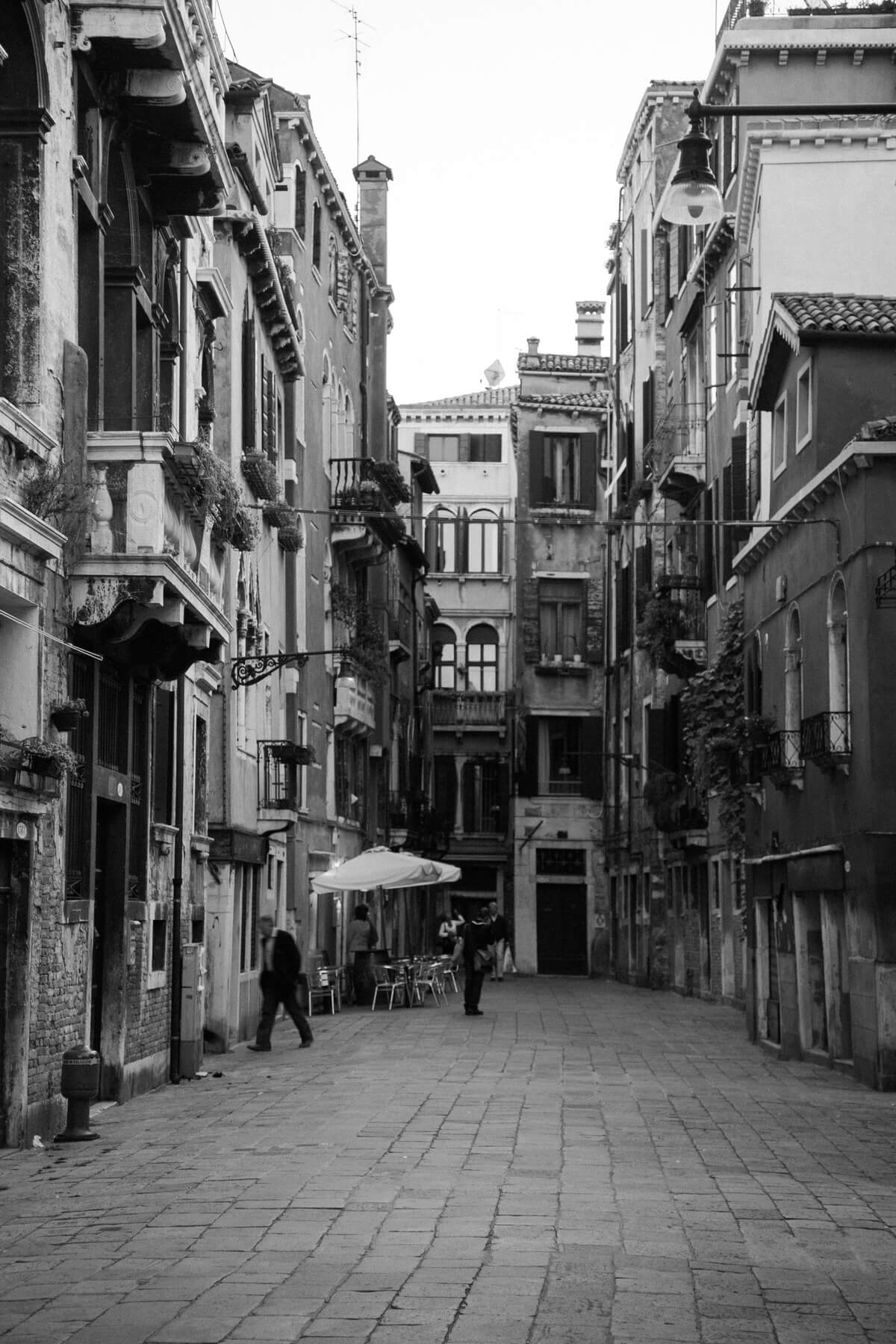 Venice-Italy-black-and-white-fine-art-photography-by-Studio-L-photographer-Laura-Schneider-_3876