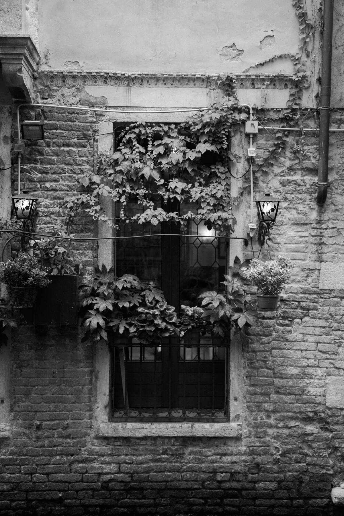 Venice-Italy-black-and-white-fine-art-photography-by-Studio-L-photographer-Laura-Schneider-_4013