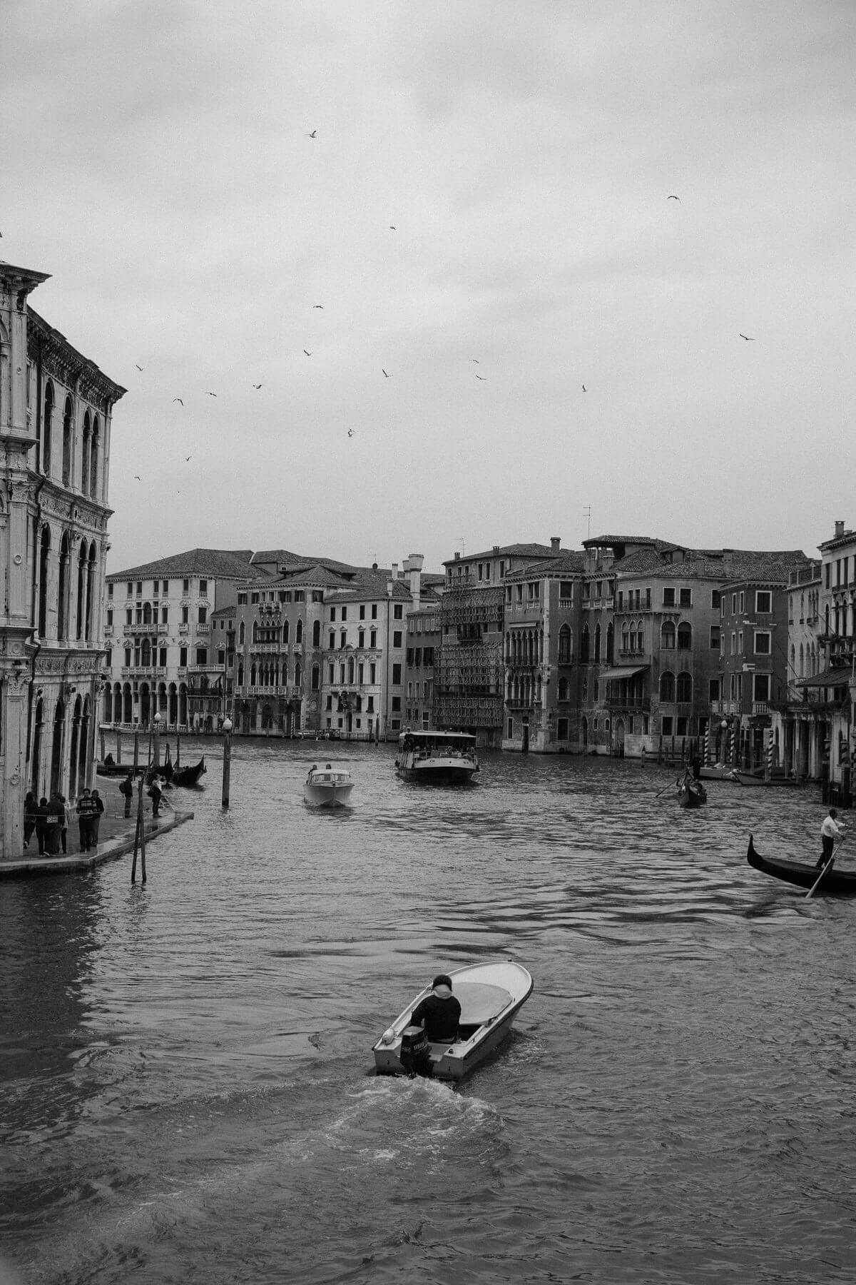 Venice-Italy-black-and-white-fine-art-photography-by-Studio-L-photographer-Laura-Schneider-_4020