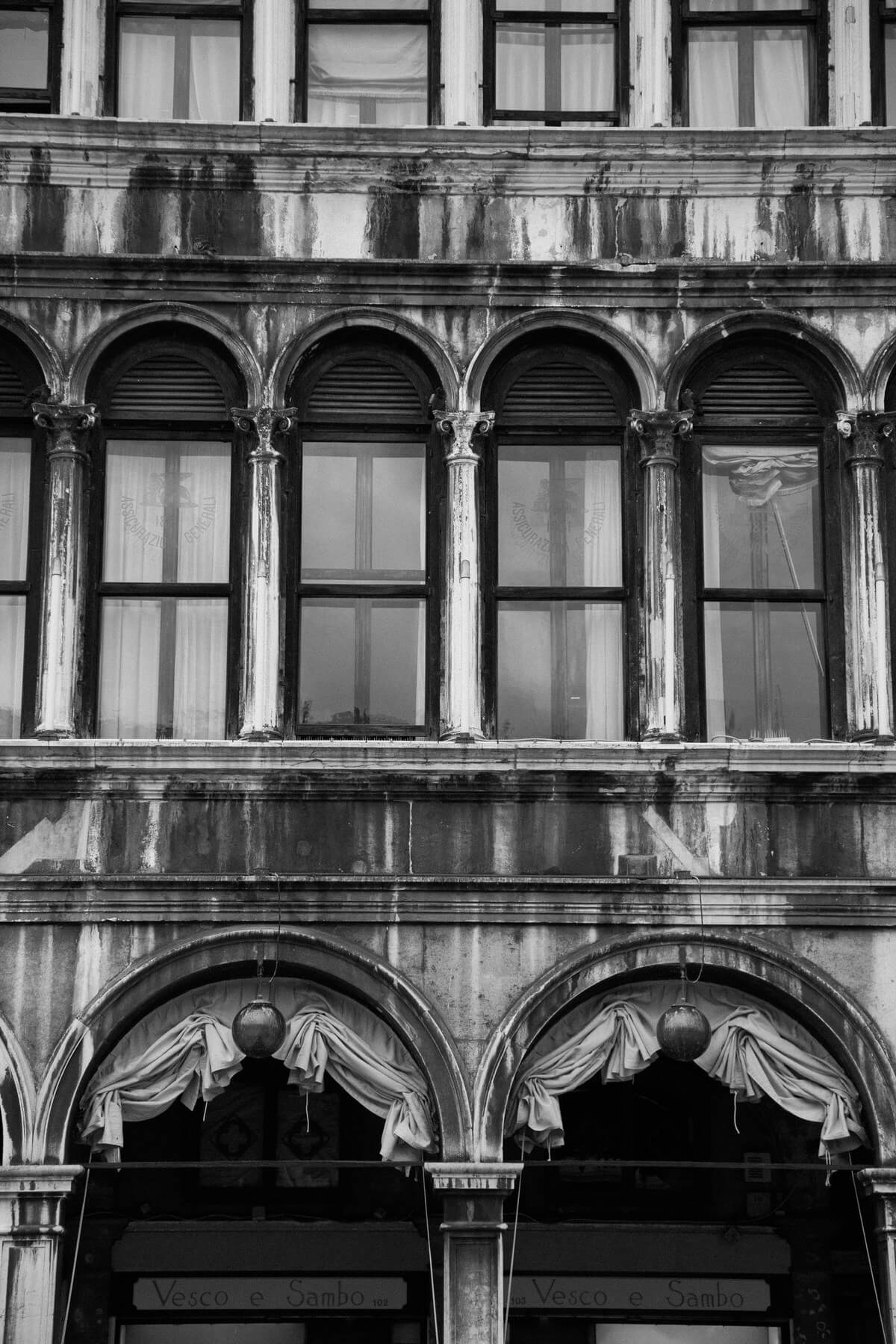 Venice-Italy-black-and-white-fine-art-photography-by-Studio-L-photographer-Laura-Schneider-_4042