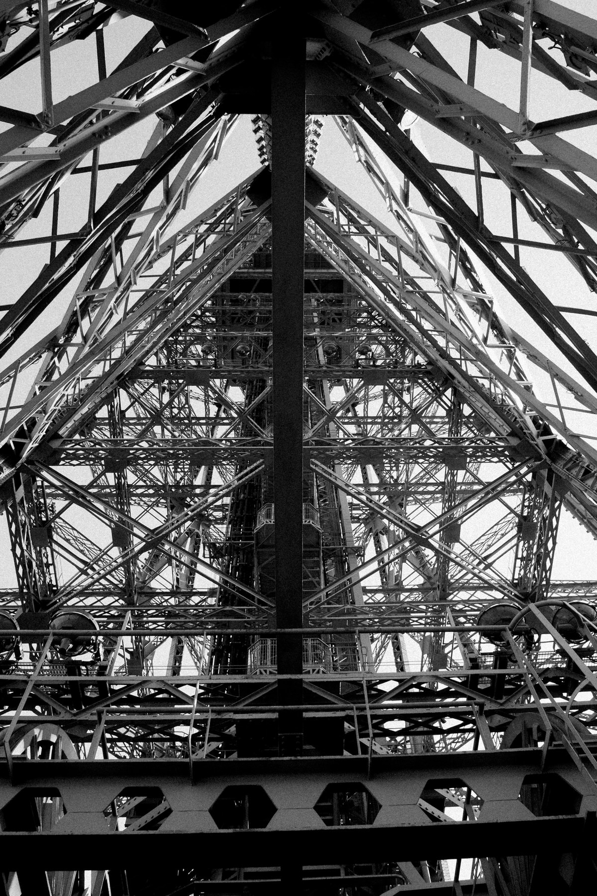 Eiffel-Tower-Paris-France-black-and-white-fine-art-photography-by-Studio-L-photographer-Laura-Schneider-_4660