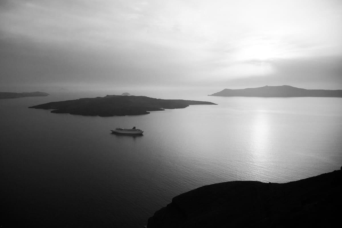 Santorini-Greece-black-and-white-fine-art-photography-by-Studio-L-photographer-Laura-Schneider-_3004