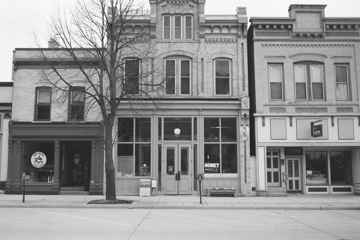 Black-and-white-film-photography-of-Honey-and-Ace-Sheboygan-Wisconsin-by-Studio-L-photographer-Laura-Schneider-_009