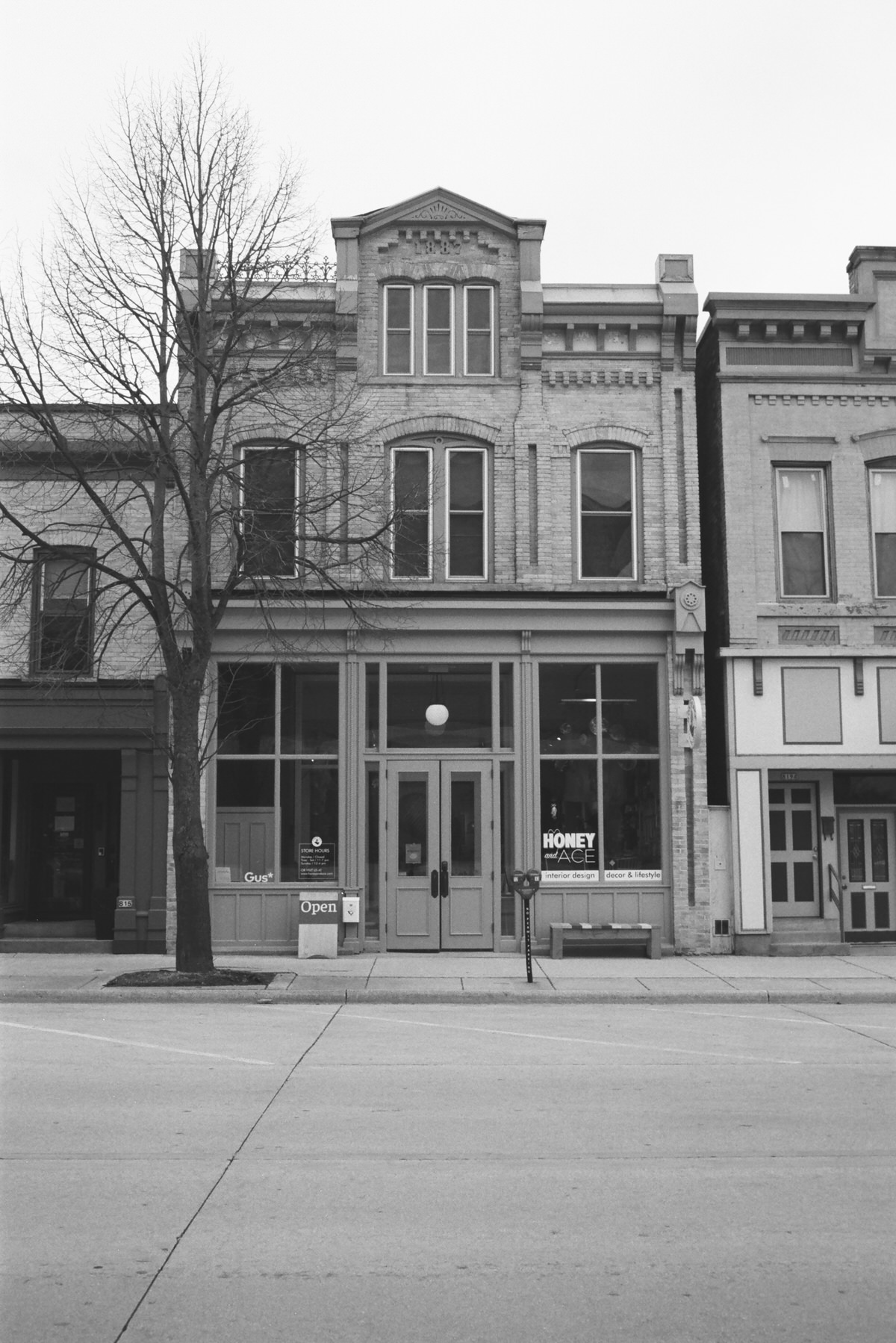 Black-and-white-film-photography-of-Honey-and-Ace-Sheboygan-Wisconsin-by-Studio-L-photographer-Laura-Schneider-_010