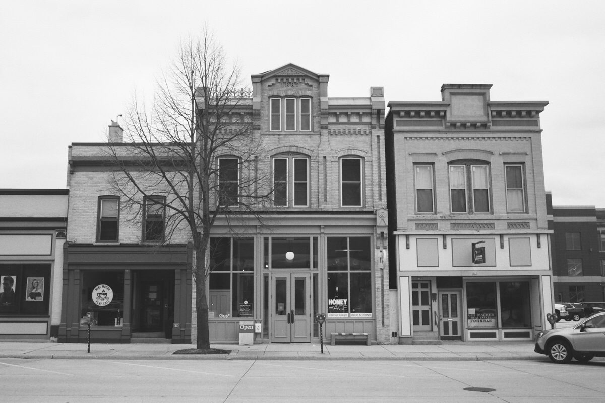 Black-and-white-film-photography-of-Honey-and-Ace-Sheboygan-Wisconsin-by-Studio-L-photographer-Laura-Schneider-_011
