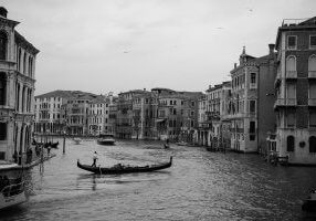 Venice-Italy-black-and-white-fine-art-photography-by-Studio-L-photographer-Laura-Schneider-_4019